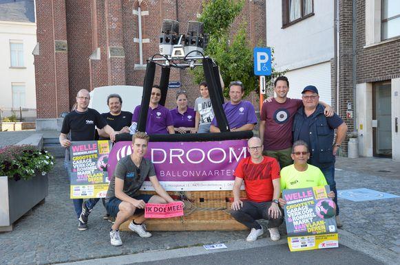 De organisatoren van de 'Grootste Garageverkoop en Rommelmarkt van Vlaanderen' in Welle. Alle Wellenaars maken kans op een ballonvaart.