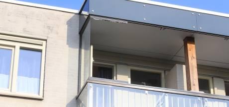 Balkonraam komt naar beneden van flatgebouw in Vught