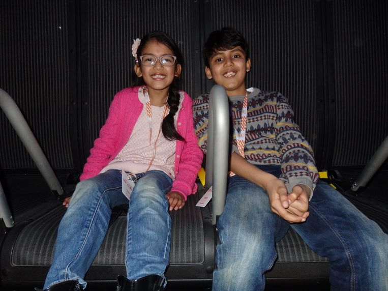 Zus en broer. Avantika (7): 'Helemaal niet eng!' Arjun (9): 'Echt gaaf!' Uitstekend gesproken, jongelui Beeld Schuim