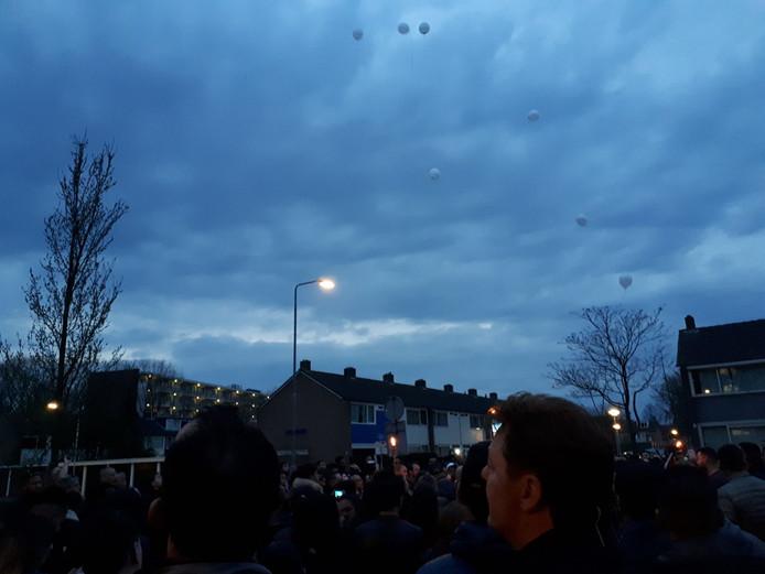 Deelnemers van de stille toch laten ballonnen op.