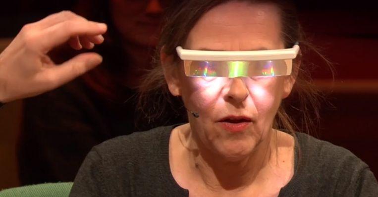 Actrice Tania Van der Sanden probeert de bril uit in Van Gils & Gasten