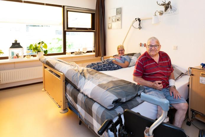 Jacolien Oversier en Karel Cohen ontmoetten elkaar in het verzorgingshuis. Nu slapen ze af en toe in het speciaal ontwikkelde duo-bed.