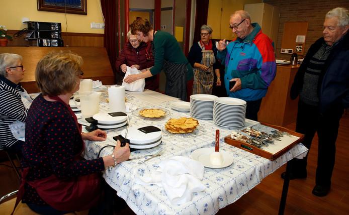 Vrouwenvereniging Samen Sterk bakte vuuvèrt's wafels voor bezoekers van de vernieuwde kerk Open Haven, aan het Kerkplein in Oostburg.