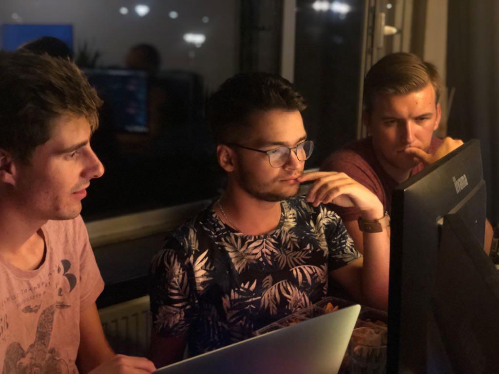 Werknemers van Keytoe ontwikkelen de SentimentsApp.