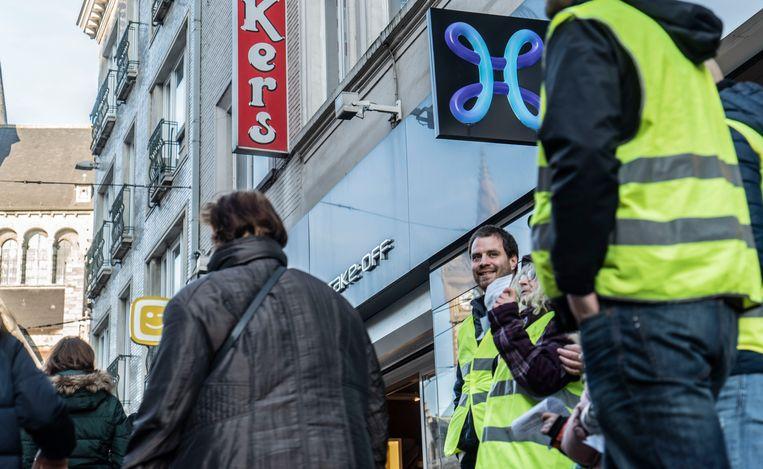 Een tiental gele hesjes demonstreerden vanmiddag aan het Proximus Center in de Veldstraat in Gent.