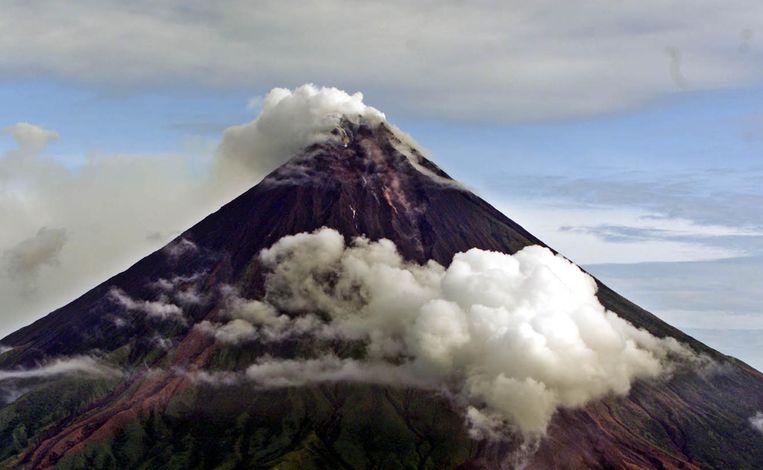 De 2.472 meter hoge vulkaan Mayon barstte sinds 1616 al een vijftigtal keer uit. (archiefbeeld)