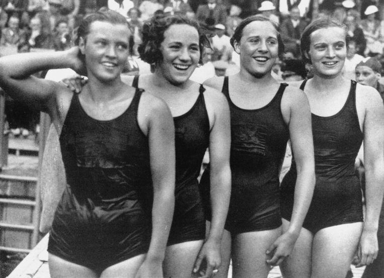 Het winnende team op de 4x100 meter vrije slag estafette vrouwen tijdens het Europees kampioenschap zwemmen in Maagdenburg. Vlnr: Willy den Ouden, Rie Mastenbroek, Anna Timmermans en Jopie Selbach.  Beeld ANP