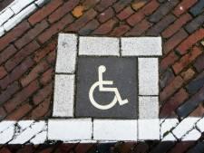 Zwaargewonde invalide man achtergelaten na aanrijding