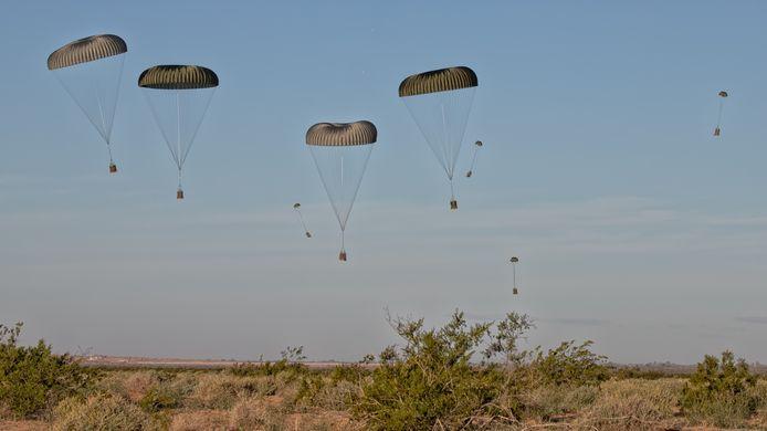 Oefening Desert Bull, 336 squadron Eindhoven. Cargodrop boven woestijn