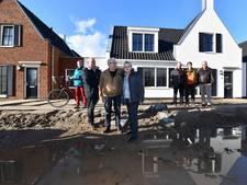 Bewoners nieuwbouw Helsdingen boos om modderpoel rond huizen