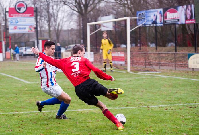 Niels Adriaansen (links) scoorde één van de twee doelpunten namens METO. (archieffoto)