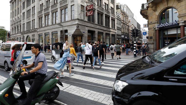 Winkelend publiek loopt de Kalverstraat in Beeld anp