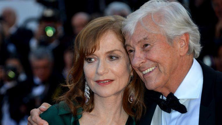 Regisseur Paul Verhoeven en de Franse hoofdrolspeelster Isabelle Huppert op de rode loper in Cannes.