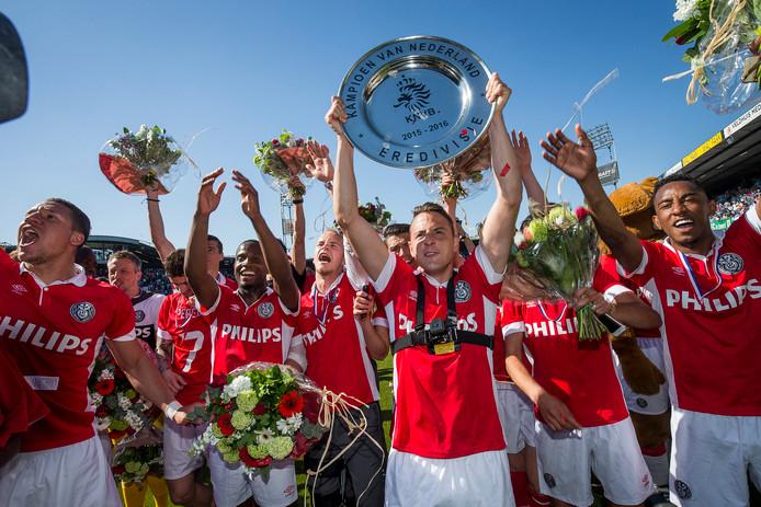 7 mei 2016 ging ook met gouden letters de boeken in. De beslissing in de eredivisie viel op de laatste speeldag. PSV won op de slotdag met 1-3 van PEC Zwolle en zag tot grote verbazing dat Ajax struikelde over De Graafschap (1-1). Grote feestvreugde terwijl Arias hier de schaal aan de meegereisde supporters laat zien. De tweede titel op rij: de Colombiaan miste slechts twee wedstrijden (door schorsingen) en was goed voor drie doelpunten en evenzoveel assists.
