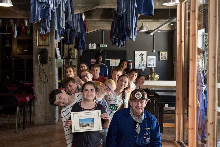 Leerlingen die het Mijndepot in Waterschei bezocht hebben, krijgen achteraf een diploma mee naar huis als ze goed opgelet hebben.