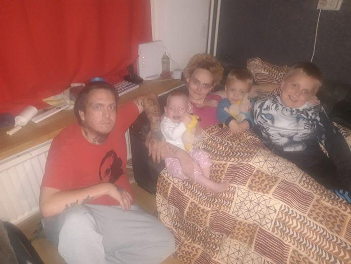 Het gezin ten tijde van de crowdfundactie. Hennie was hier al erg ziek en veel afgevallen.