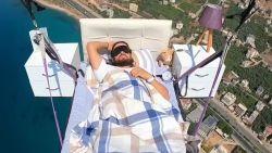 Man doet dutje in eigen bed tijdens het paragliden