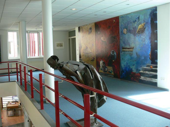 Het beeld De leunende vrouw toen het gemeentehuis van Schijndel nog open was. De kunst keert terug in het oude raadhuis, zo besloot de raad van Meierijstad.