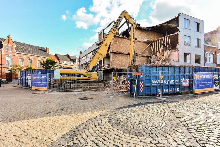 Het leegstaand appartementsgebouw op de Steenakker wordt eindelijk afgebroken.