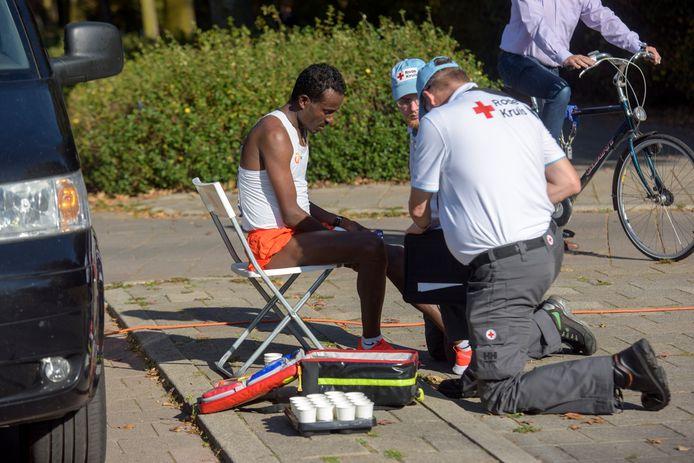Ook deze Ethiopische deelnemer moest zich door EHBO'ers laten behandelen.