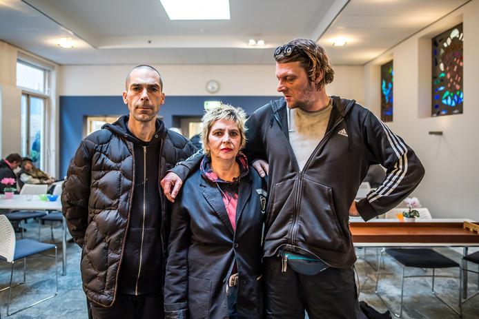 Bezoekers van Het Stoelenproject in de huiskamer van Tonnie van den Herik. Van links naar rechts: Teodoor Mirkovic, Bernadette Gondek van Eerden en Ronald Koudijs. Foto: Rolf Hensel.