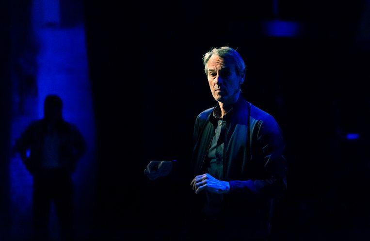Regisseur Ivo van Hove tijdens de opnames van 'Na de Dam'.  Beeld NOS / Stefan Heijdendael