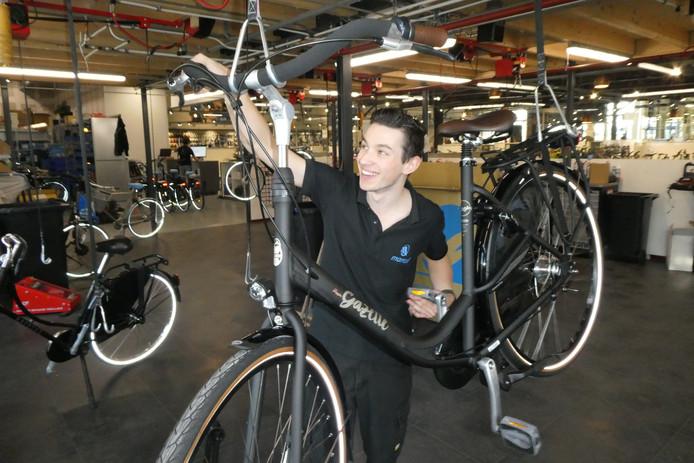 Jordi Steenbakkers (20) uit Boxtel sleutel aan fietsen bij de grote fietsenzaak van Mantel in Den Bosch. Hij is morgen te vinden op het EK fietsensleutelen in Wenen.