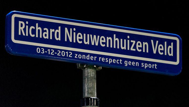 Naambordje ter nagedachtenis aan Richard Nieuwenhuizen op veld 1 bij SC Buitenboys. Beeld anp