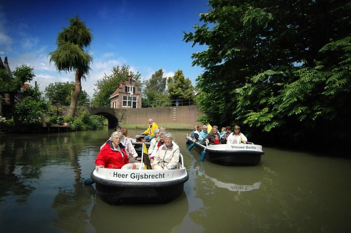 'Heer Gijsbrecht' en ' Vrouwe Berthe' van De Yselvaert. De rondvaartboten zijn dinsdag verwoest in de loodsbrand.