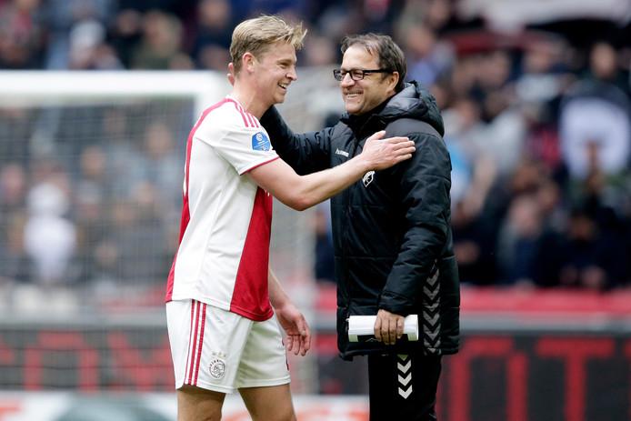 Frenkie de Jong krijgt een knuffel van Zeljko Petrovic.