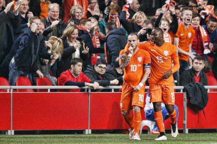 Wesley Sneijder liet na zijn doelpunt zien dat er een baby op komst is door de bal onder zijn shirt te stoppen en zijn duim in de mond te steken