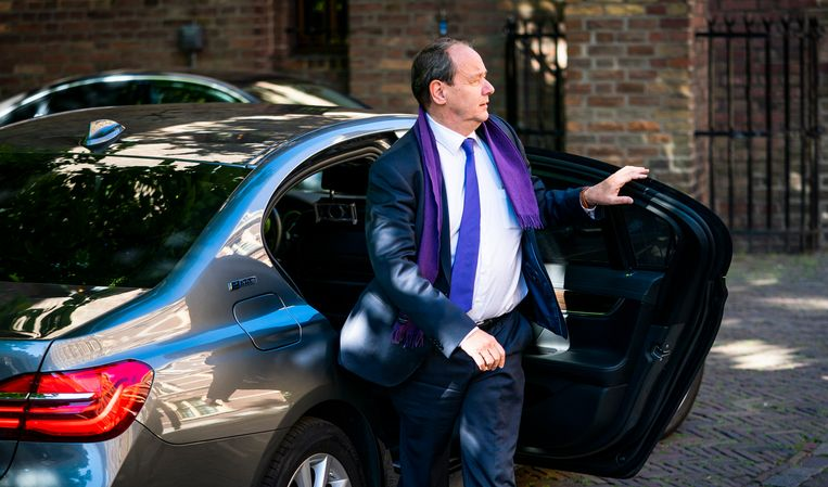 Staatssecretaris Hans Vijlbrief van Financiën arriveert vrijdag op het Binnenhof voor de wekelijkse ministerraad.  Beeld Freek van den Bergh / de Volkskrant