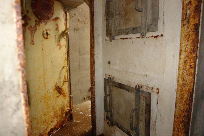 De deur van de schuilkelder onder het Wilhelminaplein in Den Bosch.