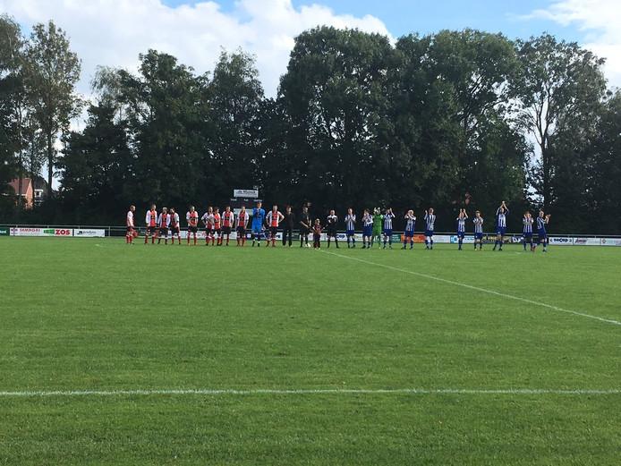 Beide elftallen vlak voor de aftrap. Foto: Mathé van Gerner
