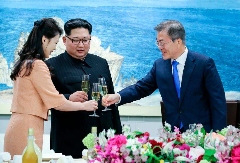 De Zuid-Koreaanse president toast in april met zijn Noord-Koreaanse tegenhanger Kim Jong-un en diens vrouw. Moon wordt door velen gezien als de drijvende kracht achter de doorbraak in de diplomatie met Noord-Korea. Een eerste toenadering was er tijdens de Olympische Spelen, toen Noord- en Zuid-Korea voor het eerst onder één vlag deelnamen.