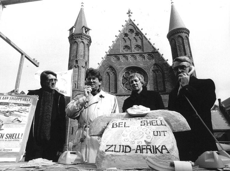 1987. Wallage (tweede van links, witte jas) tijdens een bel-actie tegen Shell, samen met Hans Kombrink (PvdA, uiterst links), IKV-secretaris Mient Jan Faber (tweede van rechts) en Nico Scholten, secretaris van 'Stop de Neutronenbom' (rechts).   Beeld ANP