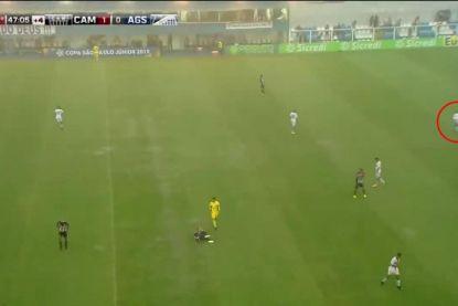 Kletsnatte voetbalmatch krijgt schokkend einde: jonge verdediger wordt getroffen door bliksem