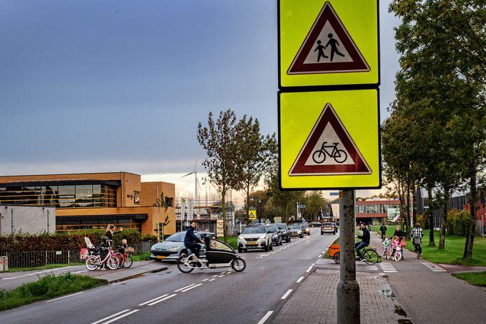 Oversteken op de kruising Griftdijk/Zegelringstraat in Lent.