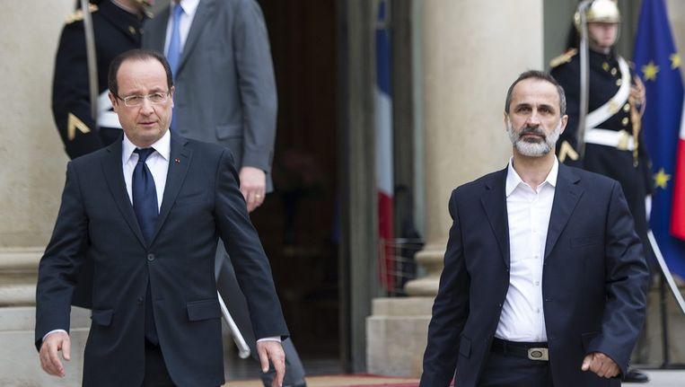 De Franse president François Hollande met de nieuwe leider van de Syrische oppositie Sheikh Ahmad Mouaz al-Khatib Beeld epa