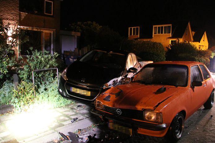Twee van de in totaal drie beschadigde auto's na het ongeluk in Dieren.