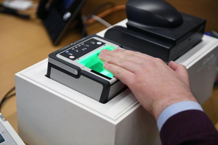 Het Grondwettelijk Hof ziet geen juridische problemen bij de registratie van een digitaal beeld van vingerafdruk op de Belgische identiteitskaarten. Het heeft een beroep daartegen van privacyactivisten verworpen.