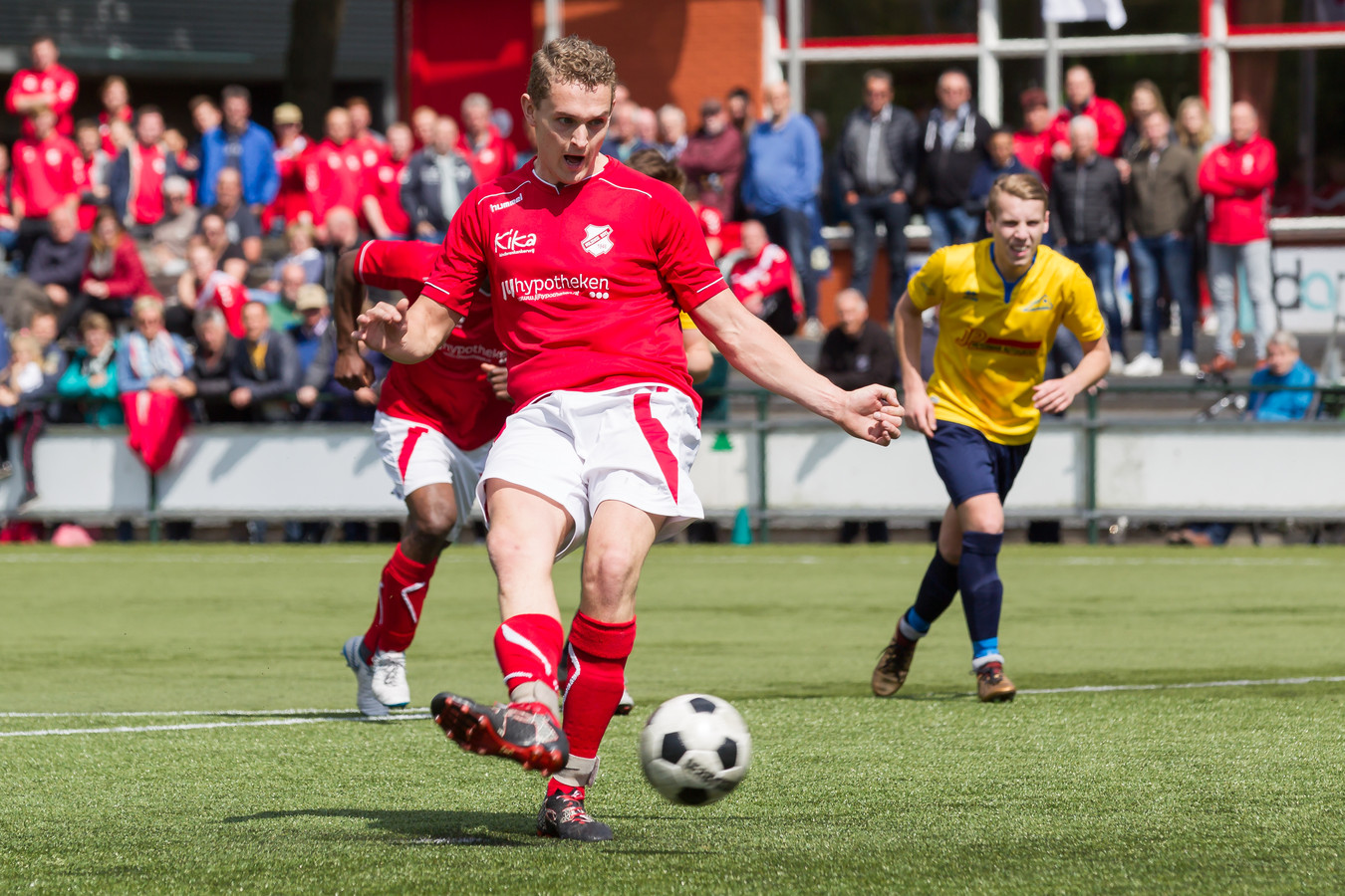 Richard Wolters scoorde twee keer voor Hulzense Boys tegen De Esch. De eerste maakte hij uit een penalty.