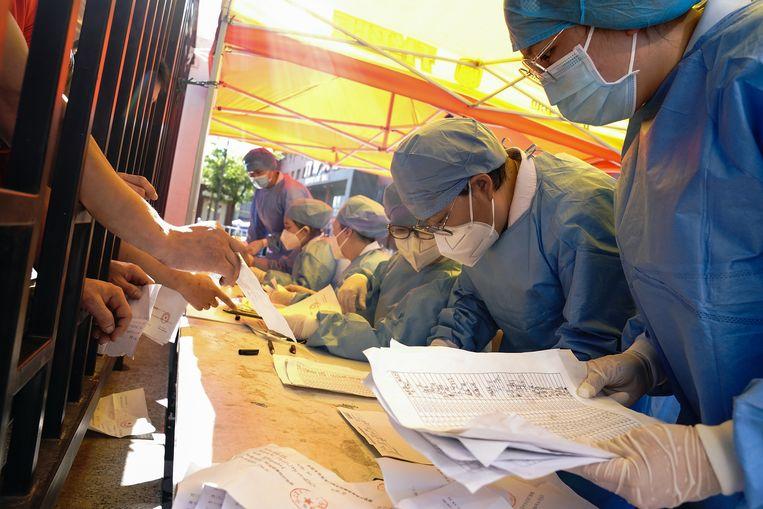 De Chinese autoriteiten proberen de tijdlijn van de uitbraak te reconstrueren.  Beeld Getty Images