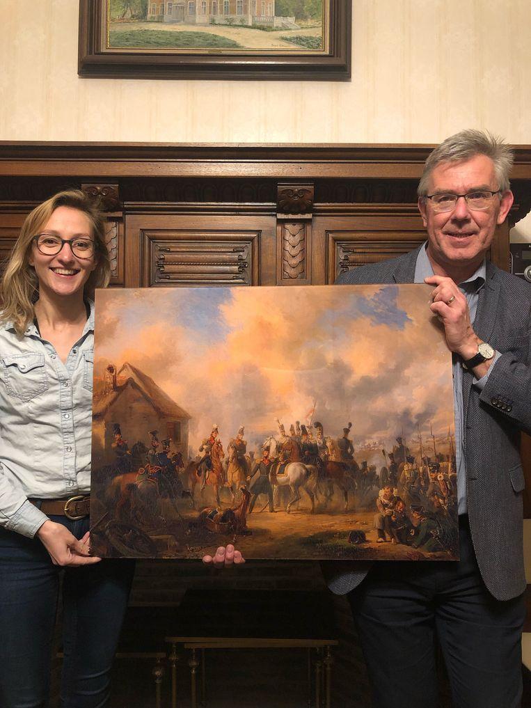 Schepen Alaerts en burgemeester Vervliet tonen het schilderij.