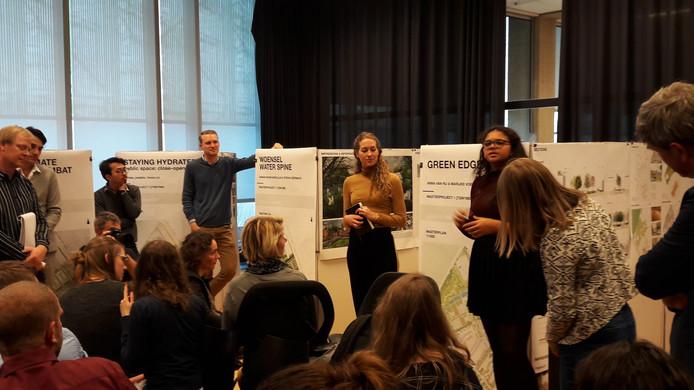 De studenten Anna van Rij en Marijke Voermans presenteren hun masterplan voor een 'klimaatrobuust' Vredeoord op een minisymposium op de TU/e.