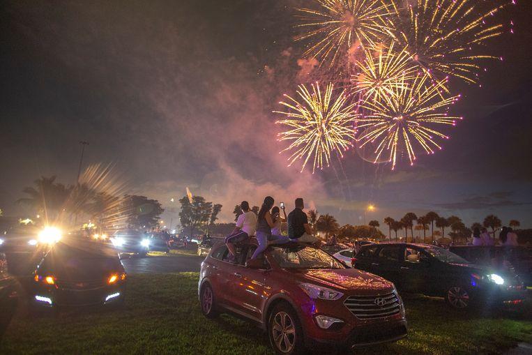 Inwoners van Florida kijken naar het 4 of July-vuurwerk in Miami Gardens.