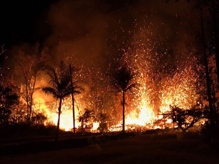 Vulkaan Kilauea blijft ongenadig vuur, as en lava spuwen, wat 's nachts voor spectaculaire beelden zorgt.