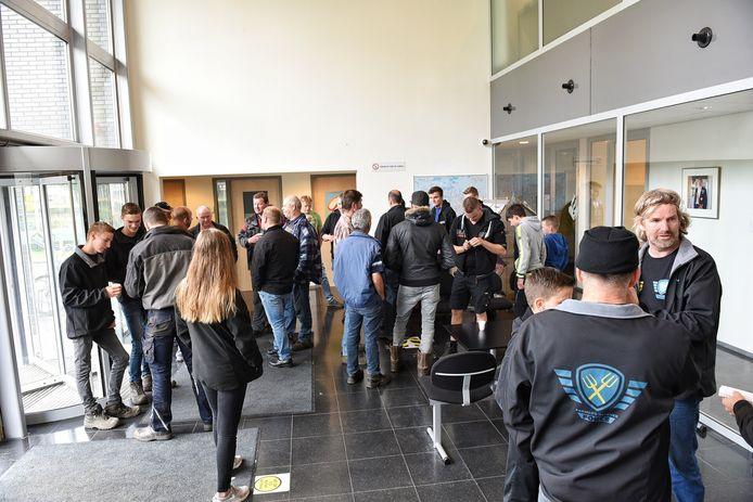 De boeren verzamelden zich in de hal van het politiebureau in Tilburg.