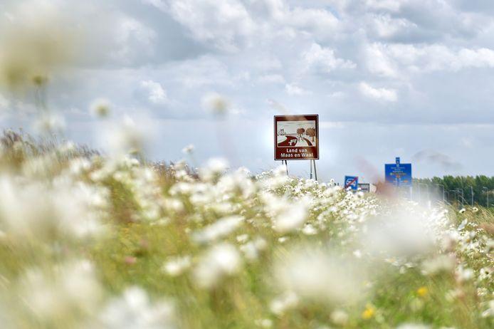 Aan het eind van de prins Willem Alexanderbrug staat het bruine bord van het Land van Maas en Waal.