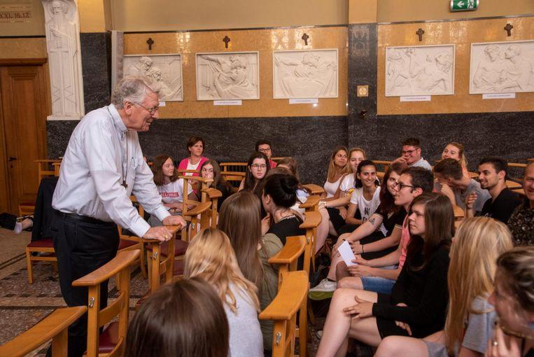 Bisschop Van Looy bij de leerlingen.